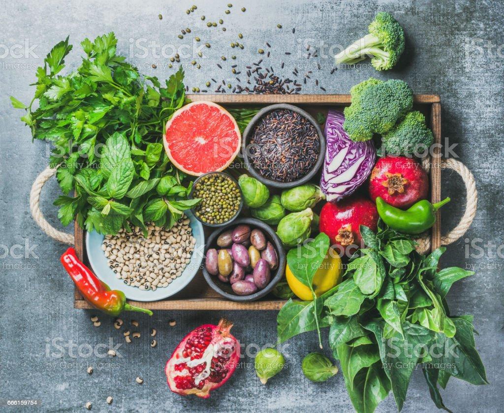 회색 배경 위에 나무 상자에 건강 식품 재료 - 로열티 프리 0명 스톡 사진