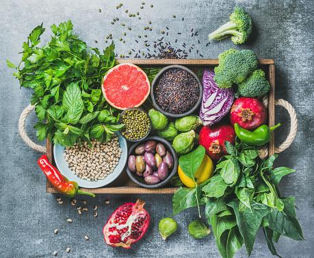 회색 배경 위에 나무 상자에 건강 식품 재료 0명에 대한 스톡 사진 및 기타 이미지