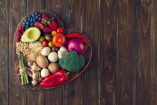 在心形狀菜板上的健康食品 照片檔及更多 一組物體 照片