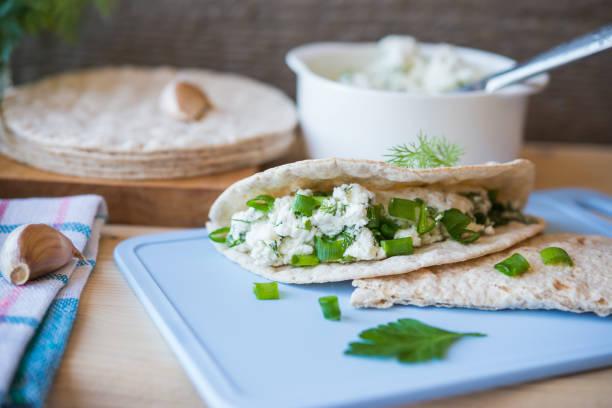 Gesunde Speisen. Salzige Pita-Brot, Hüttenkäse, Kräutern – Foto