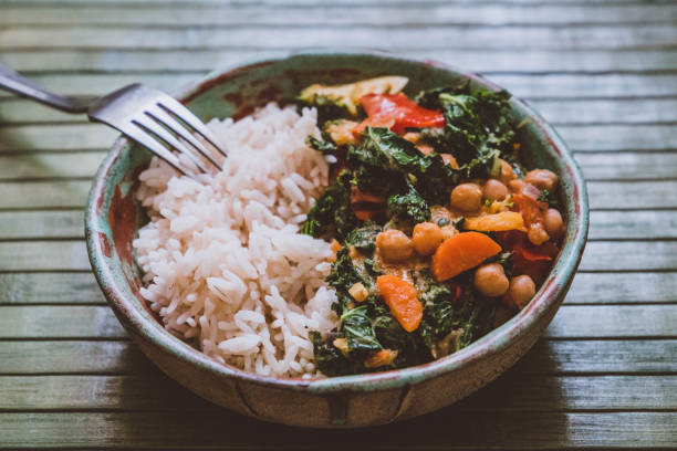 healthy food: rice with curry (curly kale, paprika, carrots, chickpeas, zucchini, broccoli) - dieta macrobiotica foto e immagini stock