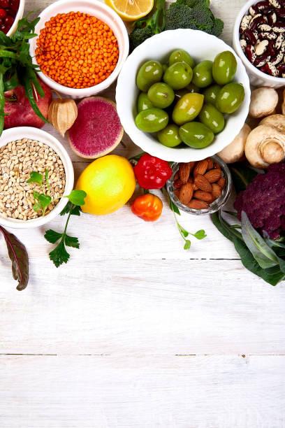 Gesunde Lebensmittelauswahl, sauberes Essen. Obst, Gemüse, Samen, Superfood, Getreide, Blattgemüse auf weißem Hintergrund, Kopierraum, Ansicht von oben. – Foto