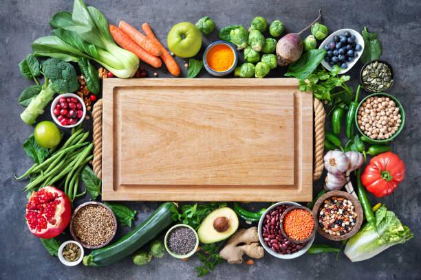 wybór zdrowej żywności z owocami, warzywami, nasionami, super żywnością, zbożami - deska zdjęcia i obrazy z banku zdjęć
