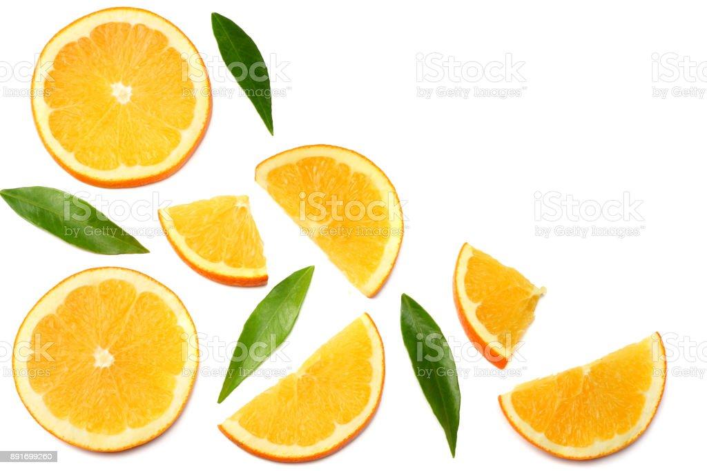 hälsosam mat. skivad apelsin med grönt blad isolerad på vit bakgrund ovanifrån bildbanksfoto