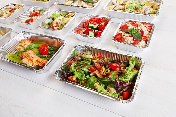 gesunde speisen zum mitnehmen in schachteln, die richtige ernährung - aluminiumkiste stock-fotos und bilder