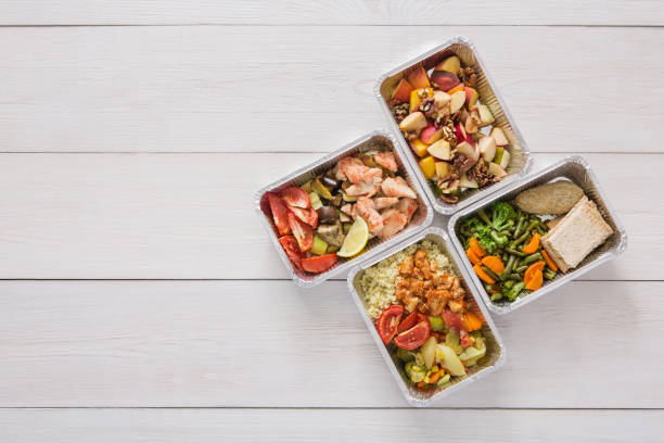 healthy food take away in boxes, top view at wood - mattillstånd bildbanksfoton och bilder