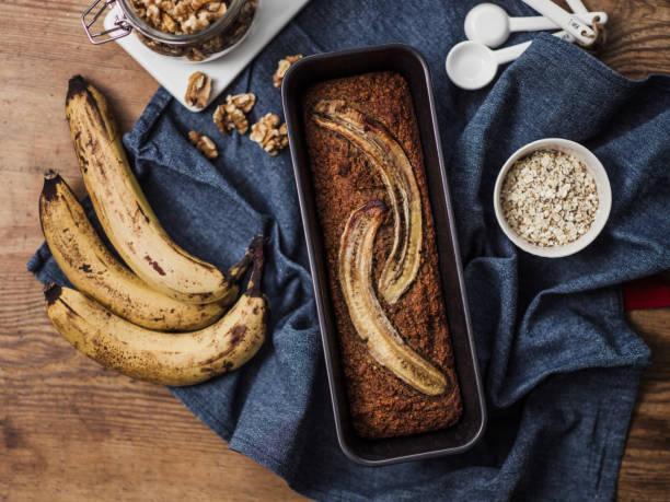 gesundes essen veganer bananenkuchen und zutaten - gebackene banane stock-fotos und bilder