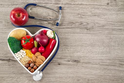 Gesunde Lebensmittel Mit Stethoskop Auf Holz Hintergrund Stockfoto und mehr Bilder von Abnehmen