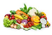 健康な新鮮な果物や野菜のヒープを白い背景に分離