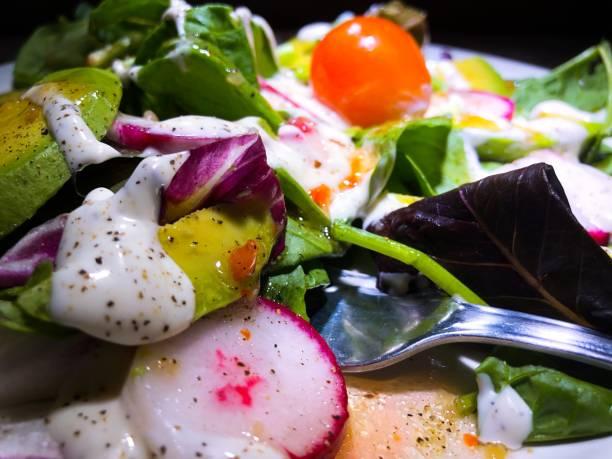 gesunde frische garten mix salat nahaufnahme - italienische dressing mischung stock-fotos und bilder
