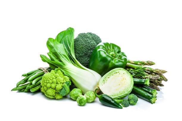 Tas de légumes verts frais sain isolé sur fond blanc - Photo