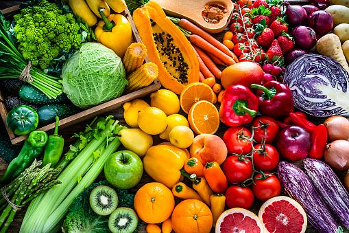 健康新鮮的彩虹色水果和蔬菜背景 照片檔及更多 健康的生活方式 照片
