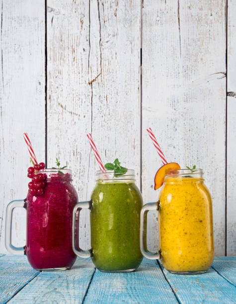 gesunde frische smoothies mit zutaten - pfirsich milchshake stock-fotos und bilder
