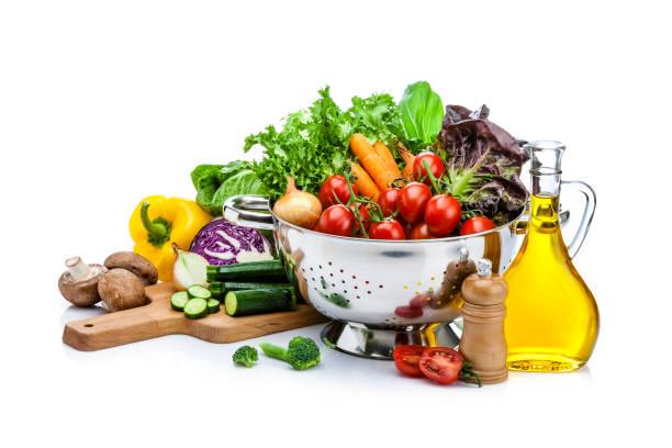 gezonde verse groenten voor het voorbereiden van salade geïsoleerd op witte achtergrond - oil kitchen stockfoto's en -beelden