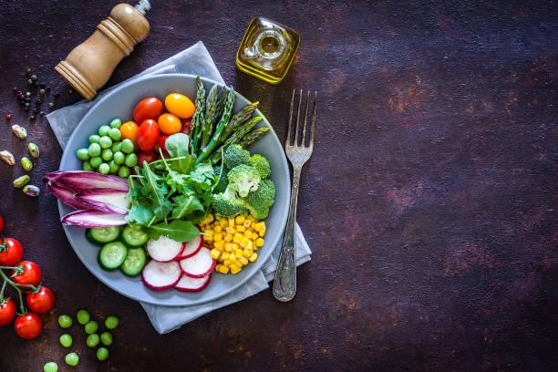 Gesundes, frisches Gemüsesalat von oben mit Kopierplatz – Foto