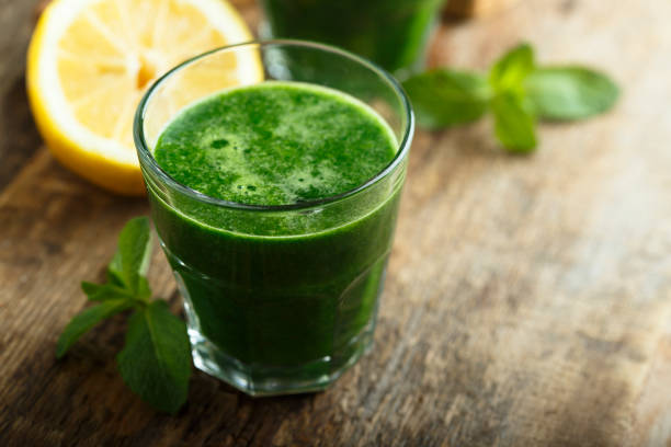 gezond vers gemaakte groene smoothie - sapjes stockfoto's en -beelden