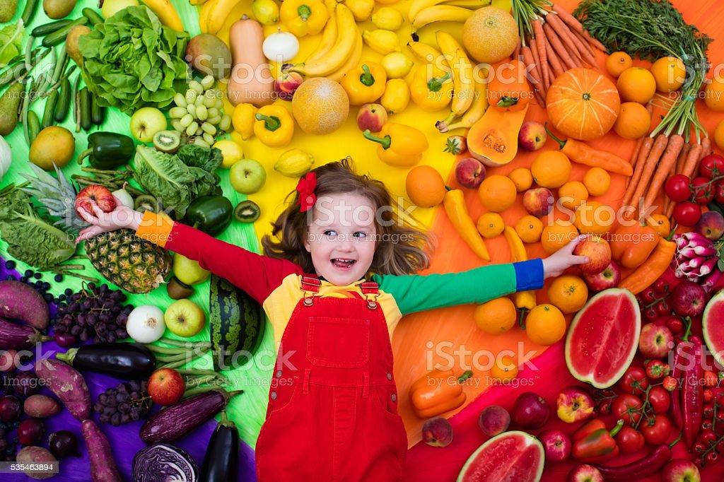 Frutta e verdura sana alimentazione dei bambini - foto stock