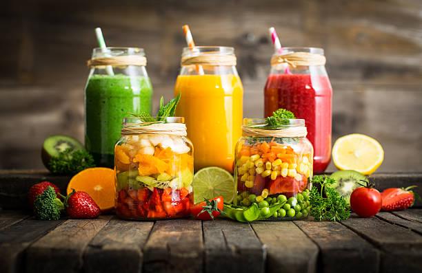 gesundes obst und gemüse-salat und smoothies im glas - einmachglassmoothie stock-fotos und bilder