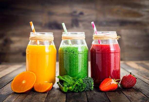 ヘルシーなスムージー、フルーツや野菜の瓶入り - ローフード ストックフォトと画像