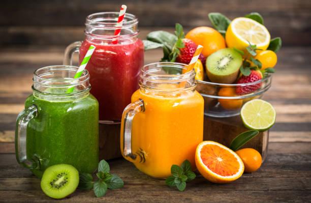 gezond fruit en groente smoothies - sapjes stockfoto's en -beelden