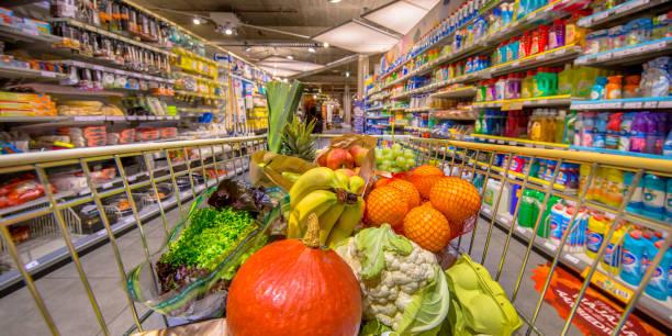 saludable frutas y hortalizas en carro tienda - grocery store fotografías e imágenes de stock