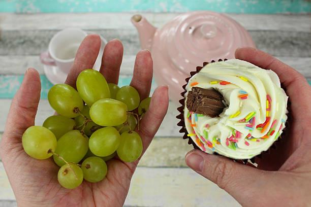gesunde trauben oder cupcake? - grape sugar stock-fotos und bilder
