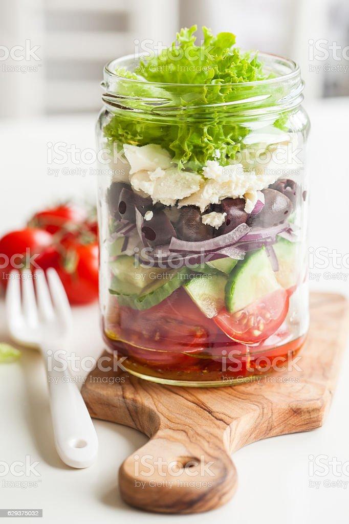 Sain Salade grecque à la feta, à mason jar. olive oignon et à la tomate - Photo