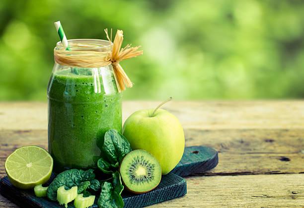 gesunde grünen smoothie in der dose - einmachglassmoothie stock-fotos und bilder