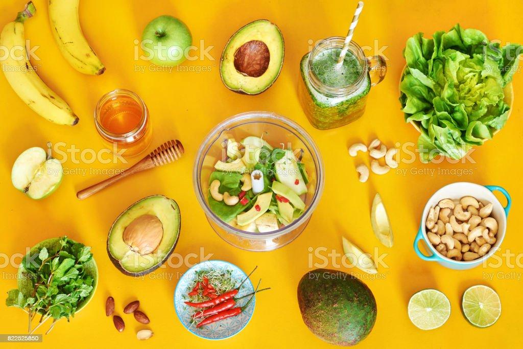Gesunden grünen Smoothie Zutaten auf gelbem Hintergrund. – Foto