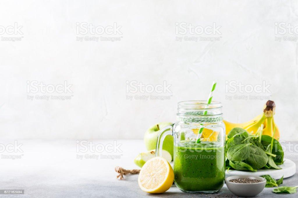Équilibré, smoothies verte avec des épinards dans un bocal en verre - Photo