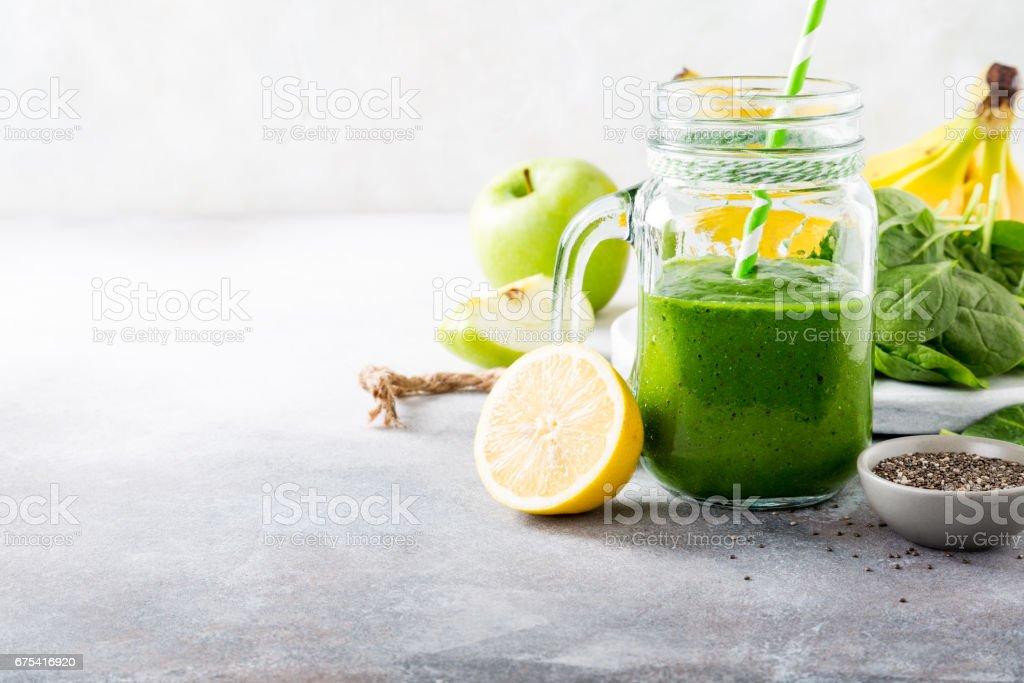 Équilibré, smoothies verte avec des épinards dans un bocal en verre photo libre de droits