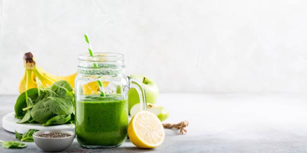 zdrowy zielony koktajl ze szpinakiem w szklanym słoiku - detoks zdjęcia i obrazy z banku zdjęć