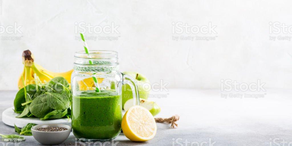 Verde batido saludables con espinacas en frasco de vidrio - foto de stock