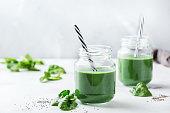 ほうれん草、スピルリナ、嘉種子の健康的な緑ビーガン スムージー