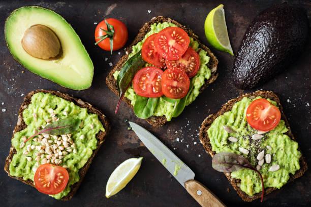brinde saudável vegetariano verde abacate com brotos - torrada - fotografias e filmes do acervo
