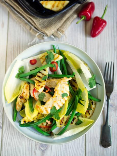 gesunde gegrillte hähnchensalat - ananas huhn salate stock-fotos und bilder