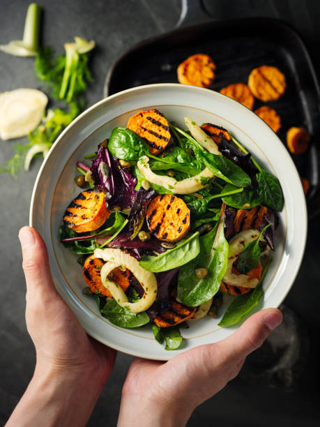 gesunde gegrillte süßkartoffel-fenchel-salat - mangoldgemüse stock-fotos und bilder