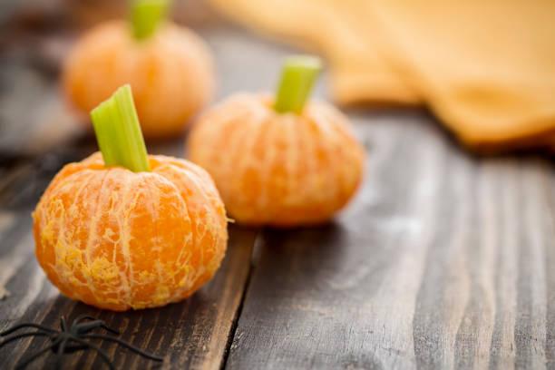 gesunden halloween essen - mandarine kürbisse snack kids - zuckerfreie lebensmittel stock-fotos und bilder
