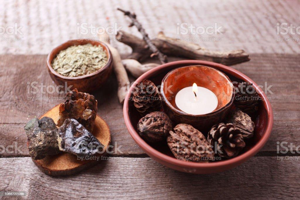 Preparación de la tisana saludable con plantas secas, velas, detalles de madera y piedra y vintage fondo de madera rústica, monocromo, relajarse concepto - foto de stock