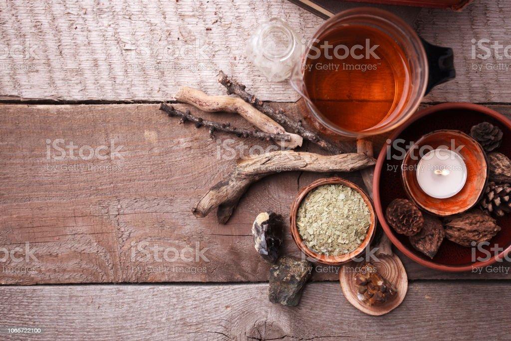 Preparación saludable té con tetera de vidrio asiático, vela. detalles de madera y piedra y vintage fondo de madera rústica, monocromo, vista, espacio de copia superior - foto de stock
