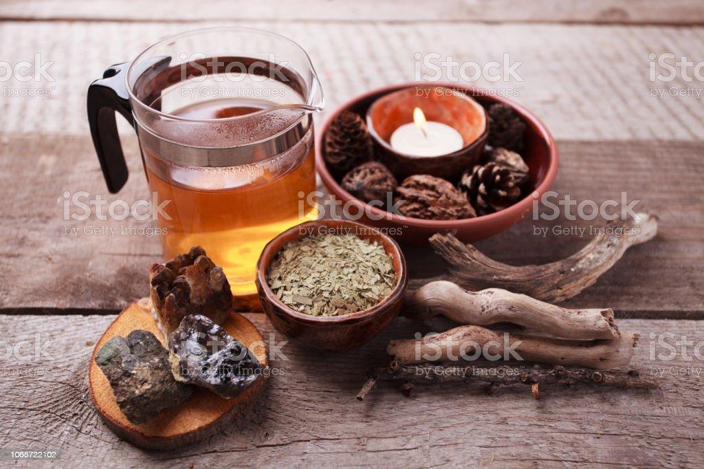 Preparación saludable té con tetera de vidrio asiático, vela. detalles de madera y piedra y vintage fondo de madera rústica, monocromo - foto de stock