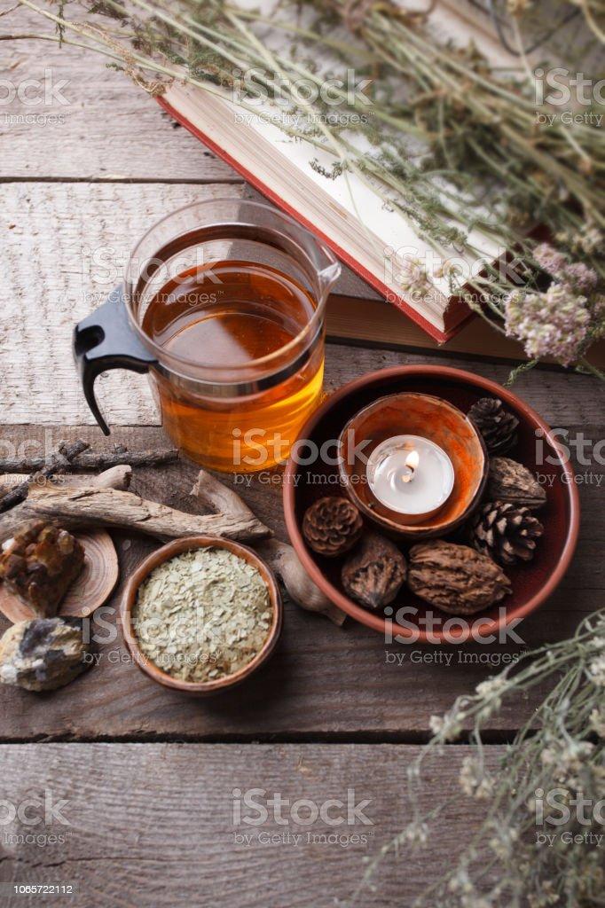Preparación saludable té con tetera de vidrio asiático, vela. detalles de madera y piedra y vintage fondo de madera rústica, monocromo, concepto de relax - foto de stock