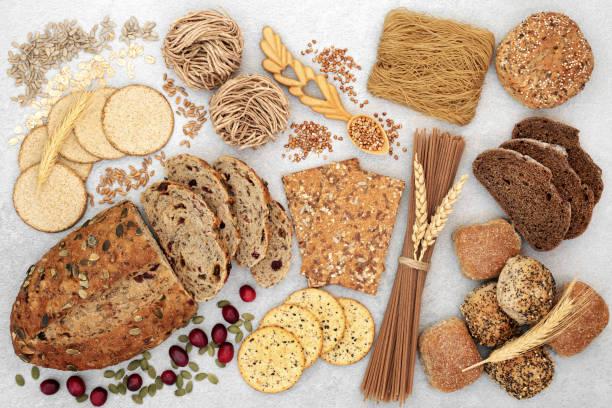 recolección de alimentos saludables de alta fibra - pan multicereales fotografías e imágenes de stock