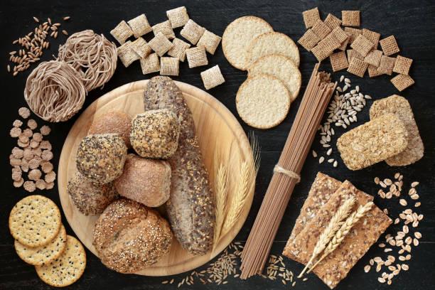 alimentos saludables de alta fibra para una buena salud - pan multicereales fotografías e imágenes de stock