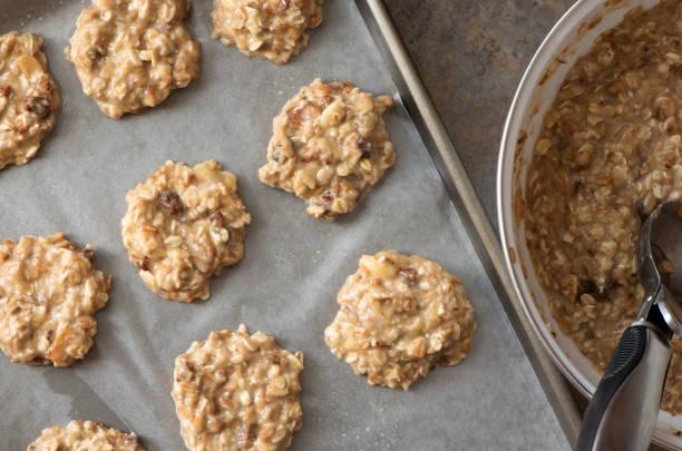 gesunde hausgemachte bananen und haferflocken cookies teig vor dem backen - hafer cookies stock-fotos und bilder
