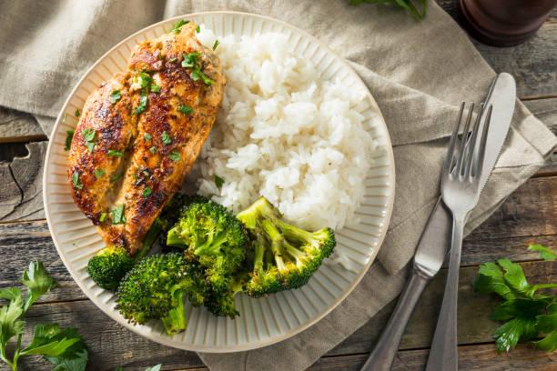 Saludable casera pechuga de pollo y arroz - foto de stock