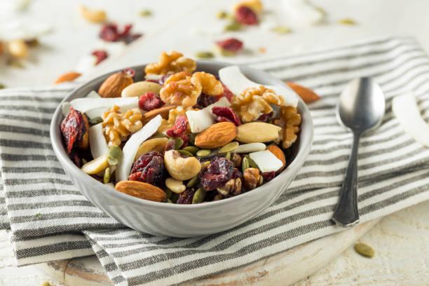 sağlıklı ev yapımı superfood izi mix - kuru meyve stok fotoğraflar ve resimler
