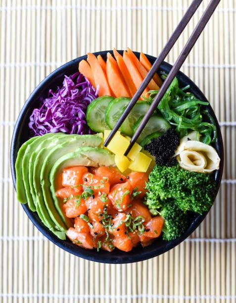 gesunden japanischen lachs stecken schüssel - hawaiianischer salat stock-fotos und bilder