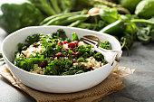 健康的なケールとキノアのサラダ