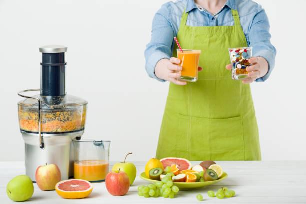gesunde lebensweise und ernährung konzept. obst-saft und vitamin-ergänzungen - hack rezepte stock-fotos und bilder
